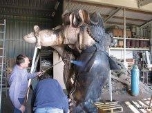 Die Bronzefiguren werden patiniert