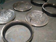 Deckel und Ring DN 600 mit Oberseite in Bronzeguss, Unterseite in Grauguss