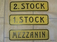 Historische Wiener Stockwerksbezeichnungen und Tuernummern aus Messing oder Aluminiumguss